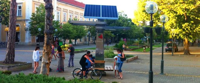 """V snahe priniesť do života viac možností využitia obnoviteľných zdrojov energie sa v Srbsku objavil mestský projekt """"Strawberry Tree"""". Vybudovali verejné styanice na dobíjanie mobilov a zariadení pomocou solárnej energie. Okrem úžitku predstavuje tento projekt širokej verejnosti dostupnosť solárnej energie a mení abstraktný pojem """"obnoviteľné zdroje"""" na reálny príklad efektívneho využitia solárnej energie. Vízia Strawberry je, aby boli obnoviteľné zdroje dostupnejšie pre všetkých ľudí a ukázali solárnu energiu ako čistý zdroj. Vybrali si skvelý spôsob. Pomocou verejných dobíjacích staníc, ktoré konštrukciou pripomínajú stromy nielen poskytujú čistú energiu, ale aj vzdelávajú verejnosť. Niektoré dokonca poskytujú aj bezplatné Wifi pripojenie na internet. Mnohí z nás sú závislí na mobilných telefónoch, tabletoch, hudobných prehrávačoch a často sa stáva, že batéria sa vybije práve vo chvíli, kedy ju najviac potrebujeme. Tento projekt prakticky ukazuje, že solárna energia má svoje miesto v našom každodennom živote. Verejná solárna stanica Strawberry je navrhnutá tak, aby bola trvale inštalovaná na frekventovaných verejných miestach. Obsahuje sadu 16 nabíjacích káblov, takže používatelia nemusia si sebou nosiť nabíjačku. V súčasnosti je v Európe inštalovaných 12 Strawberry stromov. 10 v Srbsku a dve v Bosne a Hercegovine. Spoločnosť nedávno podlísala dohodu o distribúcii s 3fficient Energy of California, čo by mohlo otvoriť dvere pre širšie prijatie týchto solárnych nabíjačiek. Strawberry pripravuje aj dve nové menšie verzie pre hudobné festivaly a použitie na miestach bez prístupu k elektrickej energii. Zdroj: http://www.treehugger.com/solar-technology/strawberry-trees-offer-free-public-solar-charging-gadgets.html Article by Derek Markham"""