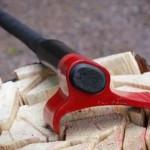 Vykurujete drevom? Potom by ste sa mali obzrieť po tejto sekere, ktorá vzdoruje fyzikálnym zákonom (video)