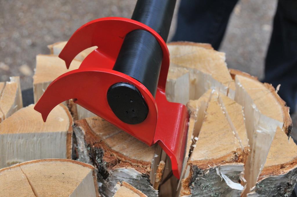 sekera vykurovanie drevom 2 1024x680 Vykurujete drevom? Potom by ste sa mali obzrieť po tejto sekere, ktorá vzdoruje fyzikálnym zákonom (video)