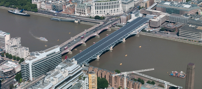 Blackfriars-solarny-most-londyn-panel-energia-