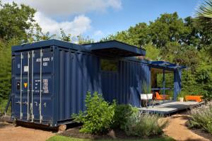 eko byvanie kontainer usporne led osvetlenie solarne panely zahraka bez hypoteky 7 300x199 Nechutia vám hypotéky? Kto by to povedal, že sa dá parádne žiť v kontajneri.