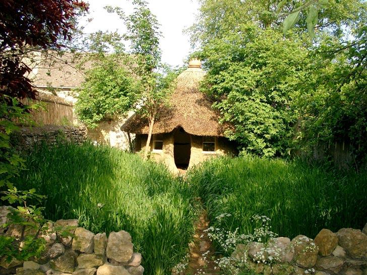 michael buck cob house oxfordshire england 4 Učiteľ umenia na dôchodku si postavil rozprávkový hlinený dom za 200 €