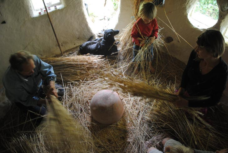 michael buck cob house oxfordshire england 5 Učiteľ umenia na dôchodku si postavil rozprávkový hlinený dom za 200 €