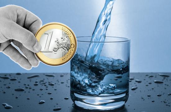 pohar vody a ruka s mincou