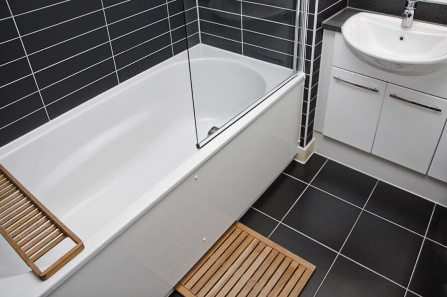 vaňa a umývadlo v kúpeľni