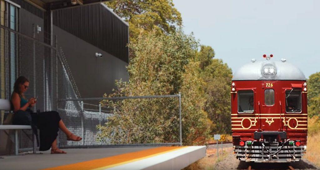 Coming into Staion b 1024x544 Prvý vlak so 100% solárnym pohonom na svete. Aký je rýchly?