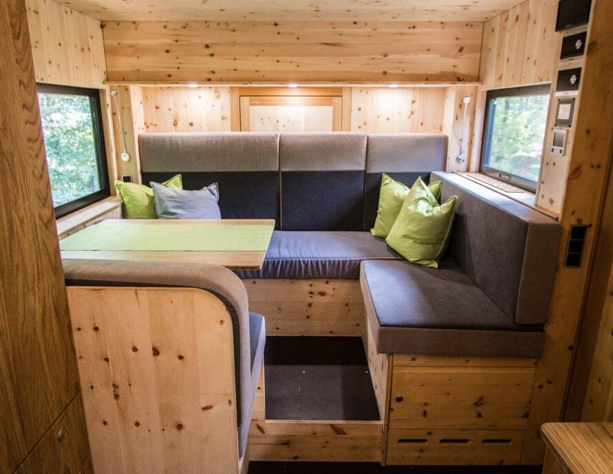 interier karavanu sedacky 1 Robustný Off grid karavan, ktorý sa nebojí aj ťažšieho terénu
