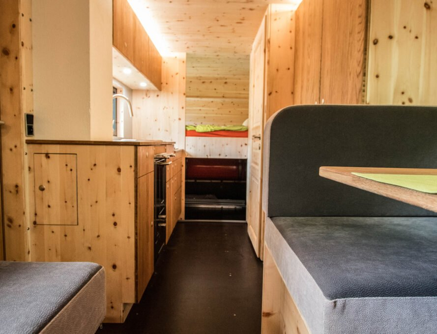 interier karavanu Robustný Off grid karavan, ktorý sa nebojí aj ťažšieho terénu