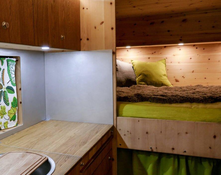 interier kavaravanu bumo postele Robustný Off grid karavan, ktorý sa nebojí aj ťažšieho terénu