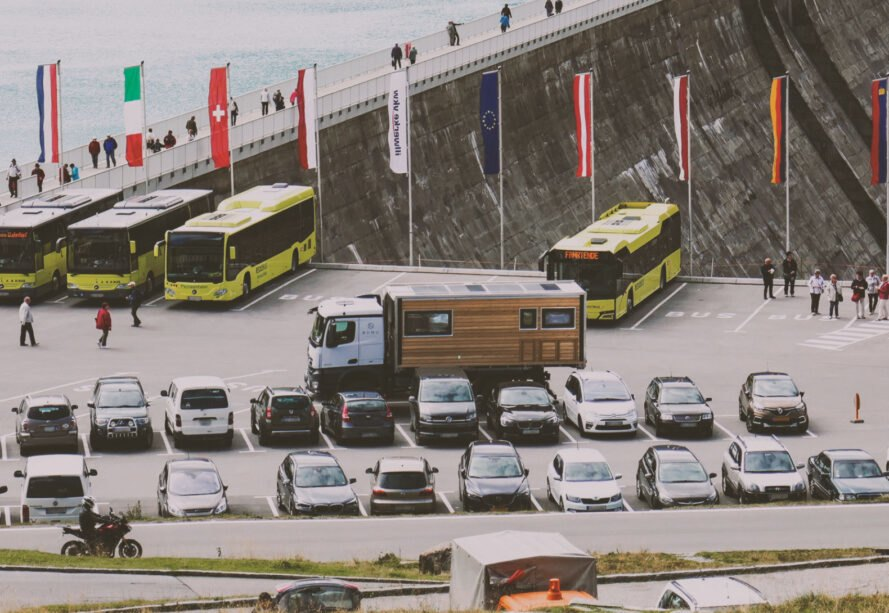 karavan bumo na parkovisku Robustný Off grid karavan, ktorý sa nebojí aj ťažšieho terénu