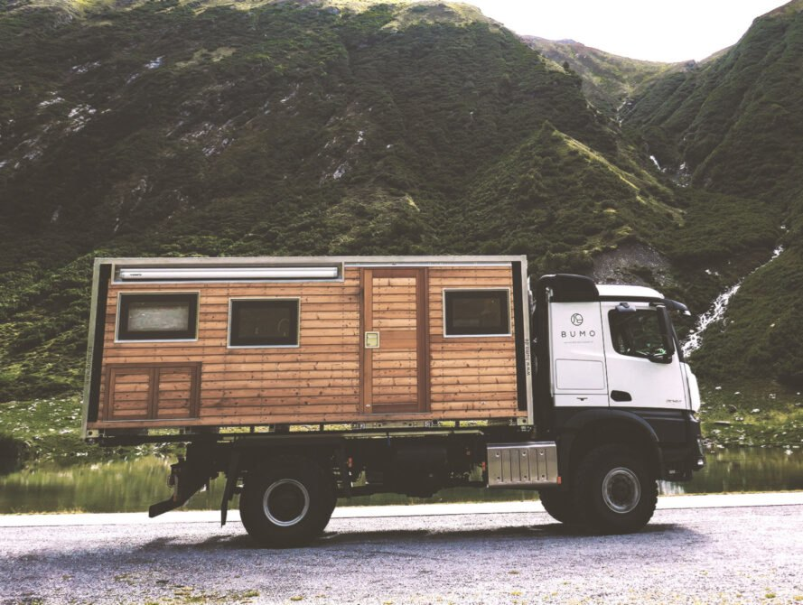 karavan na horskej ceste Robustný Off grid karavan, ktorý sa nebojí aj ťažšieho terénu