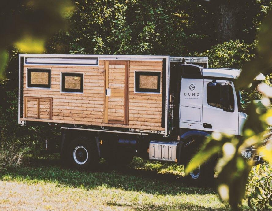 karavan na polnej ceste Robustný Off grid karavan, ktorý sa nebojí aj ťažšieho terénu