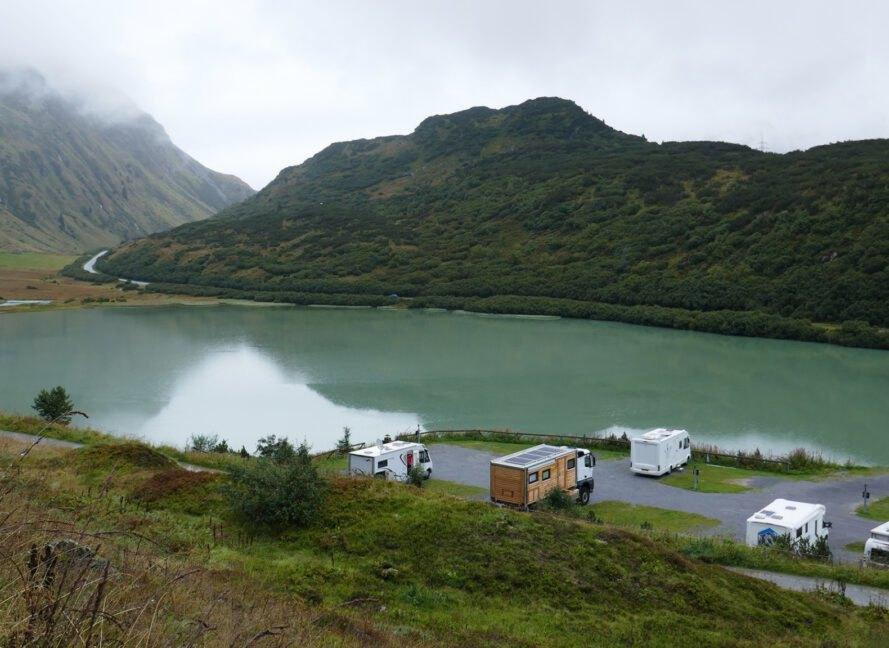 karavana pri jazere a horach Robustný Off grid karavan, ktorý sa nebojí aj ťažšieho terénu