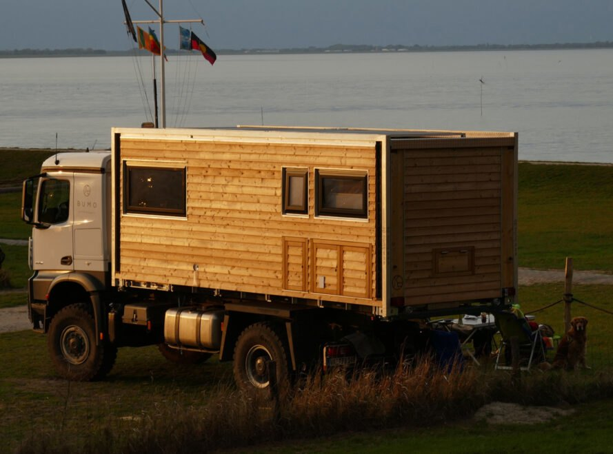 odparkovany karavan bumo Robustný Off grid karavan, ktorý sa nebojí aj ťažšieho terénu