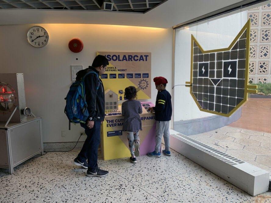 solar-car-edukativny-panel-a-ludia